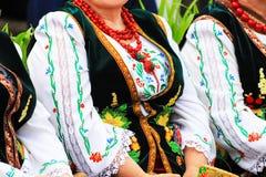 Ältere Frau im traditionellen nationalen ukrainischen Kostüm, in gestickter Bluse, in der Stickerei, in der Weste und in den Perl lizenzfreies stockbild