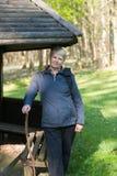 Ältere Frau im Wald Stockfotos