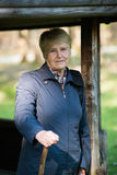 Ältere Frau im Wald Lizenzfreies Stockfoto