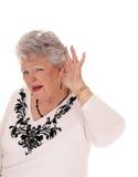 Ältere Frau kann nicht nach rechts hören Stockbild