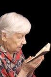 Ältere Frau liest das Buch Stockbilder