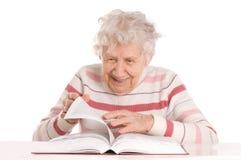Ältere Frau liest das Buch Lizenzfreie Stockfotos