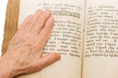 Ältere Frau liest die Bibel Lizenzfreie Stockfotografie