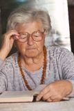 Ältere Frau liest ein Buch Stockfotografie