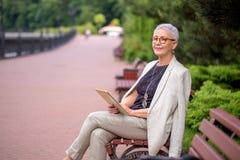 Ältere Frau mag Frieden und Ruhe stockbild