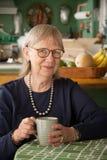 Ältere Frau mit Becher Lizenzfreies Stockbild