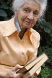 Ältere Frau mit Buch lizenzfreie stockfotos