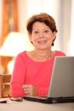 Ältere Frau mit Computer stockfotos