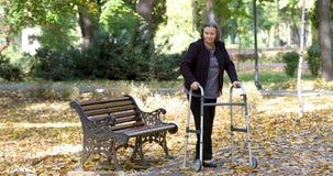 Ältere Frau mit dem Wanderer, der draußen aufsteht und geht stock video