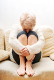 Ältere Frau mit der Krise, die auf Couch sitzt Lizenzfreies Stockfoto