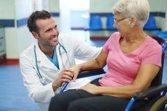 Ältere Frau mit Doktor Lizenzfreie Stockbilder