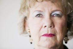 Ältere Frau mit einem unbelegten Stare Lizenzfreies Stockfoto