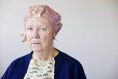 Ältere Frau mit einem Weinlesehut lizenzfreies stockbild