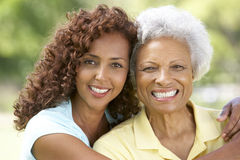 Ältere Frau mit erwachsener Tochter im Park lizenzfreie stockfotos