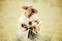 Ältere Frau mit Gitarre draußen Lizenzfreies Stockfoto