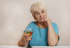 Ältere Frau mit Glas Weißwein Stockbild