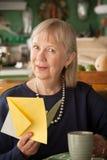 Ältere Frau mit Grußkarte Stockfotografie