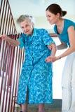Ältere Frau mit Hauptpflegekraft stockbild