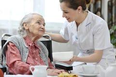Ältere Frau mit Hauptpflegekraft stockbilder