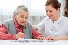 Ältere Frau mit ihrer Pflegekraft stockfoto