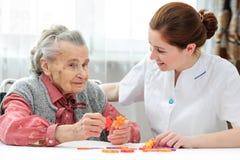 Ältere Frau mit ihrer Pflegekraft lizenzfreies stockbild