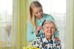 Ältere Frau mit ihrer Pflegekraft lizenzfreie stockbilder
