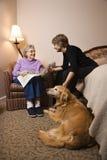 Ältere Frau mit jüngerer Frau und Hund Stockfotos