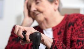 Ältere Frau mit Kopfschmerzen lizenzfreies stockbild