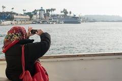 Ältere Frau mit Kopftuch auf einem Boot Stockbild