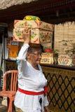Ältere Frau mit Korb auf dem Kopf Stockfoto
