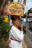 Ältere Frau mit Korb auf dem Kopf Lizenzfreie Stockfotos