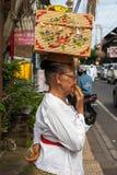 Ältere Frau mit Korb auf dem Kopf Stockfotos