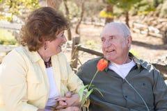 Ältere Frau mit Mann-tragenden Sauerstoff-Gefäßen lizenzfreie stockfotos