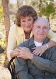 Ältere Frau mit Mann-tragenden Sauerstoff-Gefäßen stockbild
