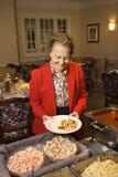 Ältere Frau mit Nahrung. Stockfoto