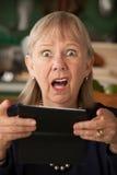 Ältere Frau mit Scheckheft Stockbild