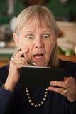 Ältere Frau mit Scheckheft Lizenzfreie Stockfotos