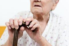 Ältere Frau mit Spazierstock Stockfoto