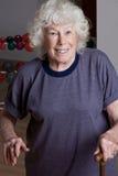 Ältere Frau mit Spazierstock Lizenzfreie Stockbilder