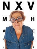 Ältere Frau mit Tabelle für Augenuntersuchung Stockfotografie