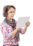 Ältere Frau mit Tablet-Computer Getrennt auf weißem Hintergrund Lizenzfreie Stockfotografie