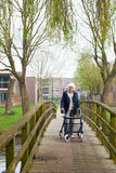 Ältere Frau mit Wanderer lizenzfreies stockbild