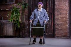 Ältere Frau mit Wanderer zu Hause stockfoto