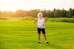 Ältere Frau mit Wasserflasche Lizenzfreie Stockfotografie