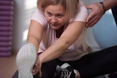Ältere Frau nimmt an dem Ausdehnen teil lizenzfreie stockfotos