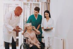 Ältere Frau schaut im Krankenhaus-Fall Doktor Helps lizenzfreies stockfoto
