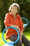 Ältere Frau am Spielplatz stockfotos