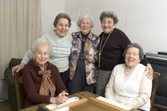 Ältere Frau am Spieltisch Stockbild