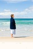 Ältere Frau am Strand Lizenzfreie Stockfotografie