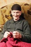 Ältere Frau am Stricken lizenzfreie stockfotos